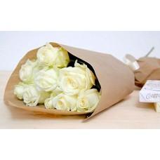 9 белых роз в бумаге