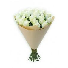 Белые розы в бумаге